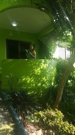 Bamboo Flat: Balcón de la hab, se ve el mar tiene hamaca paraguaya, mesa y sillas.