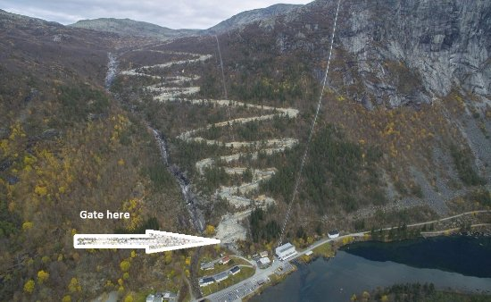 Одда, Норвегия: Picture of the new road,the arrow shows the gate where you must buy ticket in Skjeggedal.