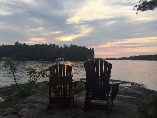 Port Carling, Canadá: One of the seating areas. Great place to enjoy sunset.