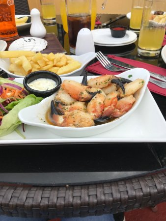 Kilmore Quay, Irland: Crab claws in the sun Mary Barry's restaurant Kilmore Village