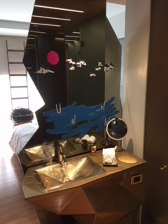 New Hotel: sink and cool mirror