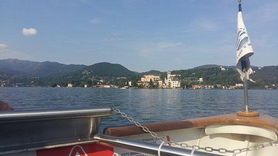 Isola San Giulio vista dall'imbarcazione partita da Pella