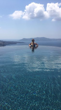 Porto Fira Suites: Infinity pool view, spilling out into the Mediterranean... so beautiful!