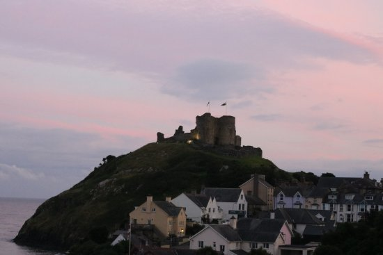 Caerwylan Hotel: View of the castle from my room at sunset.