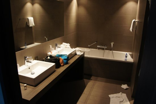 Très grande baignoire et vaste douche italienne (entrée sur la ...