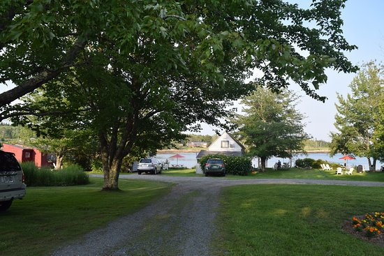 Prospect Harbor, ME: Driveway towards cabins/water.