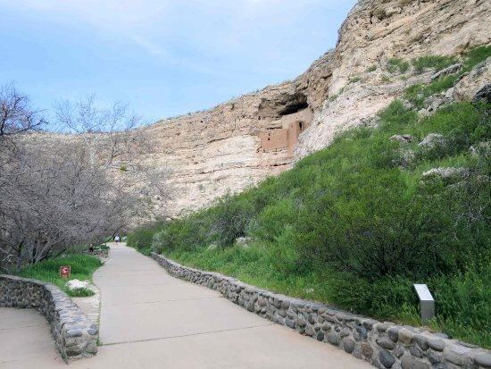 Montezuma Castle National Monument: Concrete walkway to castle (upper right)