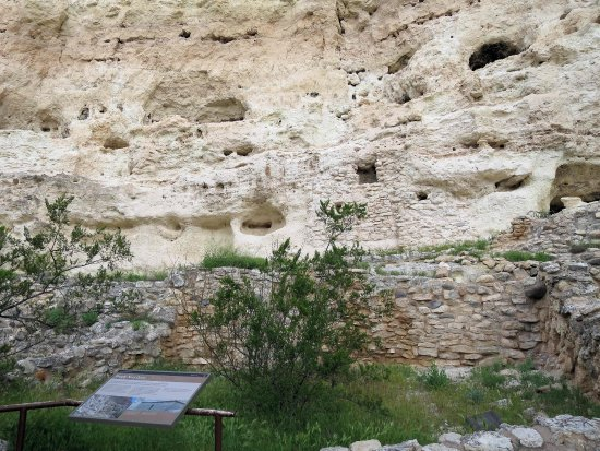 Montezuma Castle National Monument: ruins at base of cliff