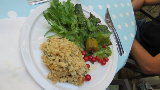 Mirmande, Frankrig: Risotto au crabe aux pignons de pin, au haddock et à l'aneth, verdure et tomates en salade