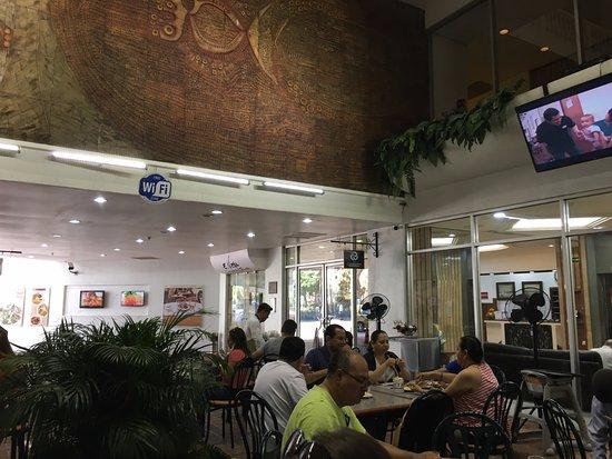 La Canoa: Salle bruyante et peu confortable, sans lumière extérieure