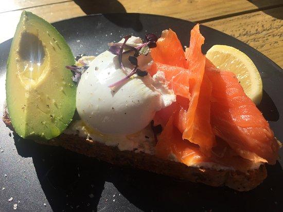Randwick, Australien: Smoked salmon, poached egg and avocado on sour dough bread