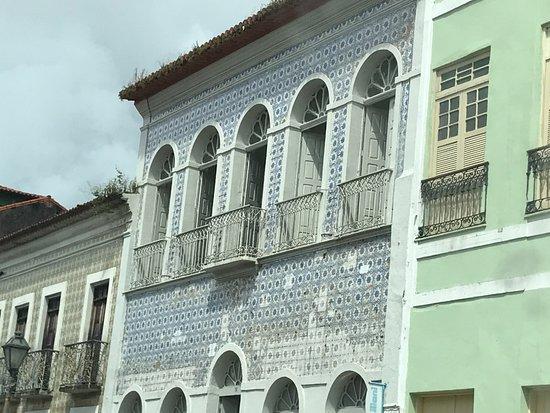 São Luís, MA: Notam-se falhas na fachada de azulejos.