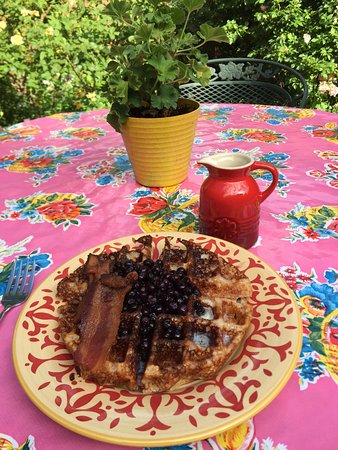 Hacienda Nicholas Bed & Breakfast Inn: delicious blue corn meal waffles, teeny tiny blueberries and real maple syrup!