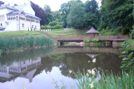 Beech Hill Country House Hotel: ホテル庭園の池と東屋