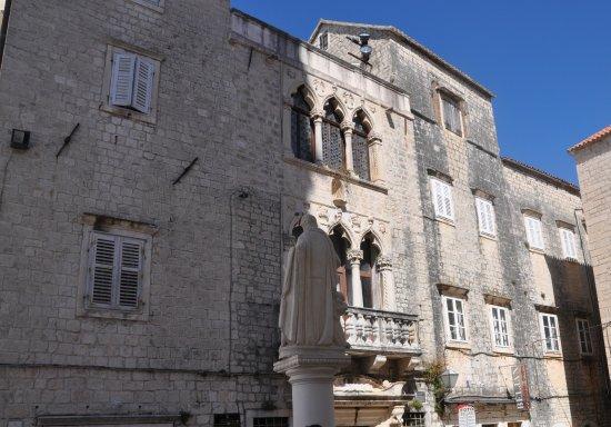 Palace Cipiko在聖勞倫斯教堂正對面