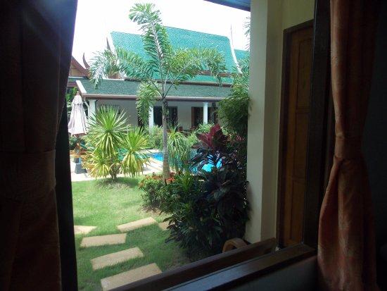 Baan Malinee Bed and Breakfast: mooi uitzicht van de tuin vanuit de kamer