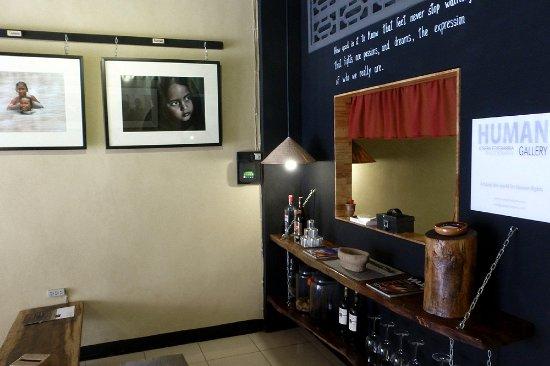 Battambang, Kambodja: Las fotografías, la decoración, la comida y la música, hacen de HUMAN Gallery un lugar especial.
