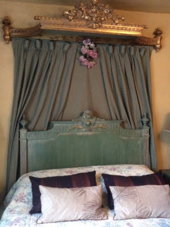 Broseley, UK: Ornate bed head