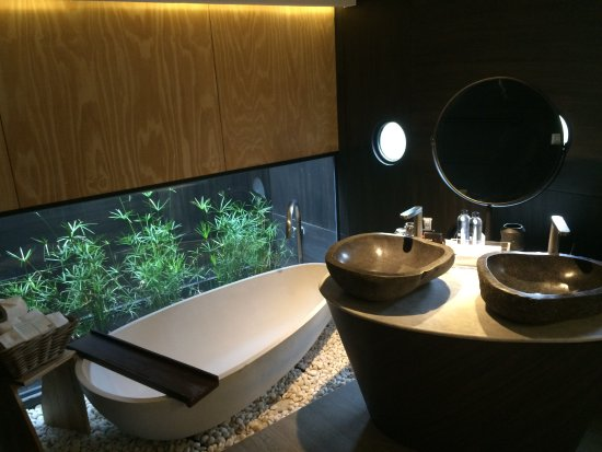 Mooie en stijlvolle badkamer met aparte douche. - Picture of X2 ...