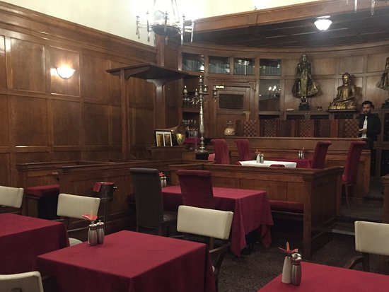 Courthouse Hotel: Original courtroom features in the dining room