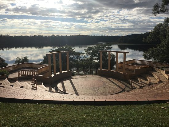 Cooroy, Australia: Peaceful lakeside setting for the amphitheatre