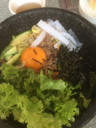 Oberursel (Taunus), Alemania: Bibimbap (hot stone bowl with rice, beef, vegetables, egg etc.