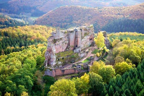 Lembach, France: Le château en grès rose des Vosges dans son écrin de verdure à l'automne