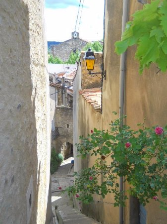 Cessenon-sur-Orb, Francia: Take a stroll up to the bell tower through the ancient streets.