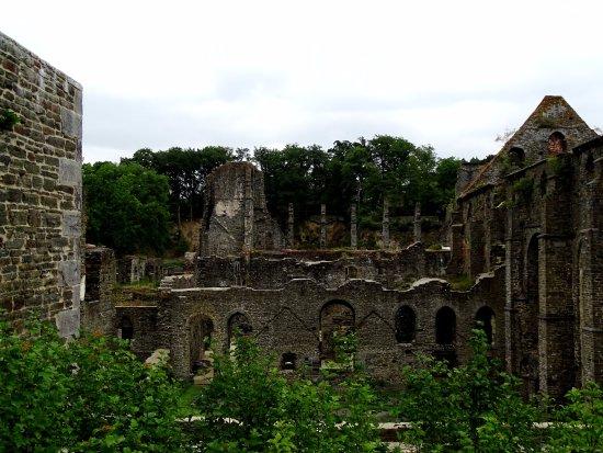 Abbaye de Villers: avant de prendre l'ascenseur au 1 étage vue de certaines ruines