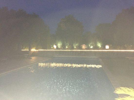 Le Mas Des Carassins Hotel: Einer der Pools bei Nacht