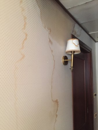 Hotel Internazionale: Water damage from air conditioner