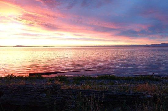 Qualicum Beach Inn: Advancing summer sunset