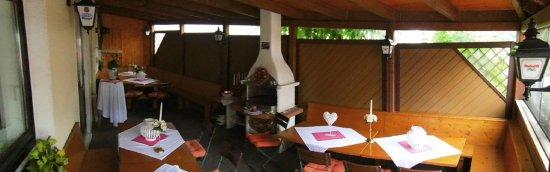 Hofbieber, Almanya: Die schöne überdachte Terrasse vom Rhön Stern Hotel !