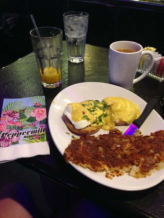 The Peppermill Restaurant & Fireside Lounge : eggs Benedict with hash browns