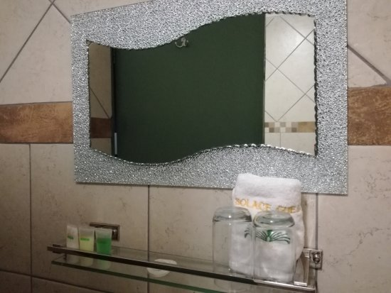 Midrand, Sudáfrica: Towels and hairdryer. Spacious bathroom with bath/shower combo