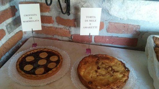 Cereseto, Italien: colazione: 2 tipi di torte fatte dallo chef