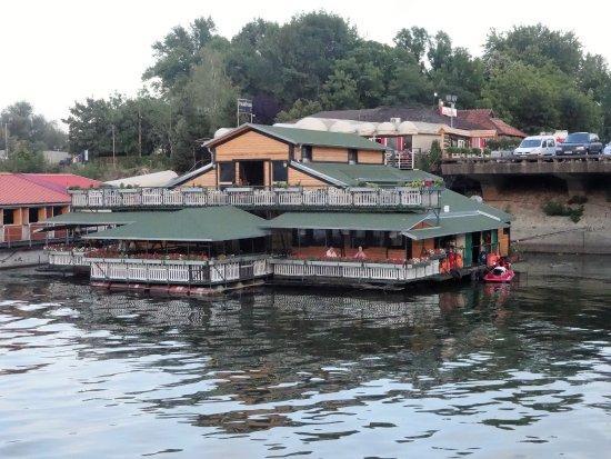 Danube River : Margens com restaurantes