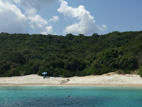 Гувиа, Греция: Luscious green of the island and blue waters ideal for snorkeling!