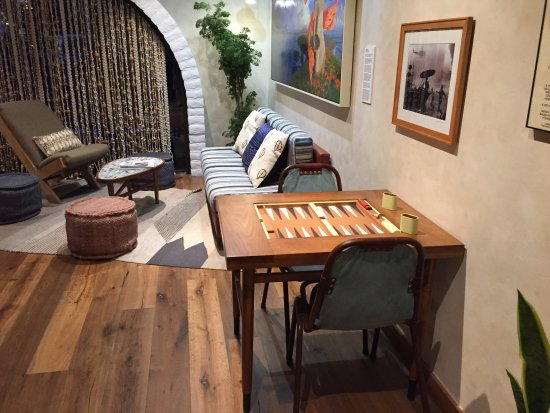 Goleta, CA: The lobby, lots of couches and backgammon.