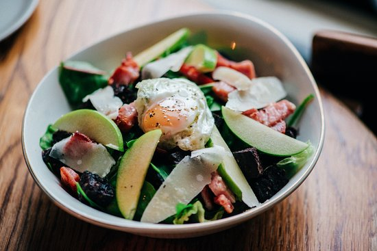 The Butterfly And The Pig : Black pudding, bacon and quails egg salad