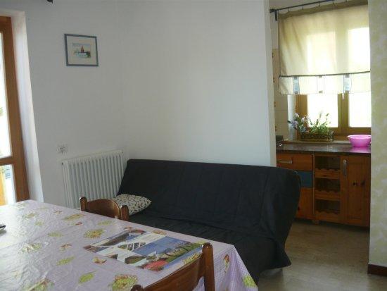 zona cucina e soggiorno con balcone - Picture of Appartamenti ...