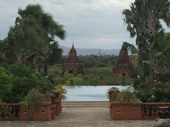 Aureum Palace Hotel & Resort Bagan : View from the Lobby of hotel pool and Pagodas