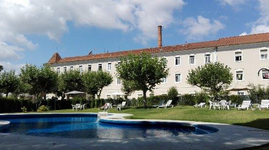 Tamengos, Portugal: O edifício do hotel visto da piscina