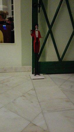 """Tamengos, Portugal: Pormenor do """"fixador"""" da porta do restaurante"""