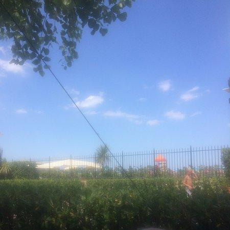 Camping Villaggio Rubicone: Vores udsigt fra vores plads nr. 210. Standen er på den anden side af hegnet.
