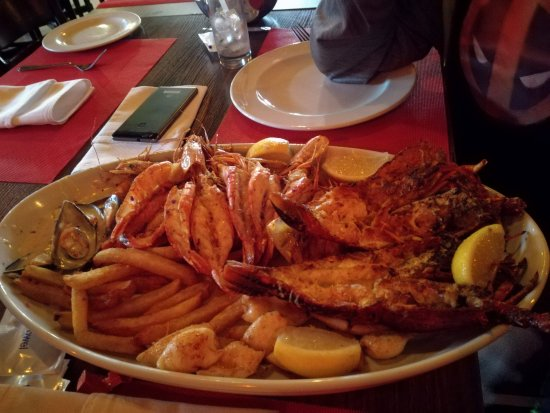 Иденвейл, Южная Африка: Massive seafood platter with 2 lobsters, calamari, muscles, prawns and chips R500
