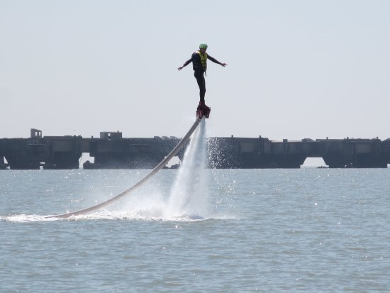 Le Verdon Sur Mer, France: Et quelques manoeuvres ...