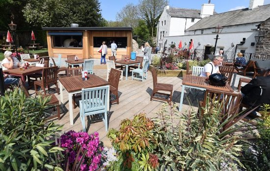 Kirkby Lonsdale, UK: The Royal Outdoor garden & bar