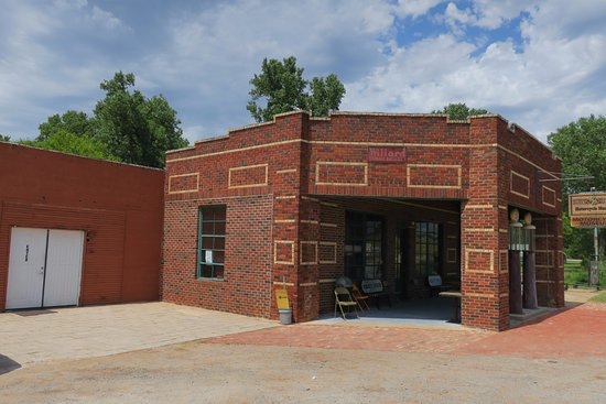 Chandler, OK: Old gas station and repair shop as museum