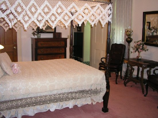 Westfield, NY: Rose Suite carved canopy bed, fireplace, adjacent covered patio